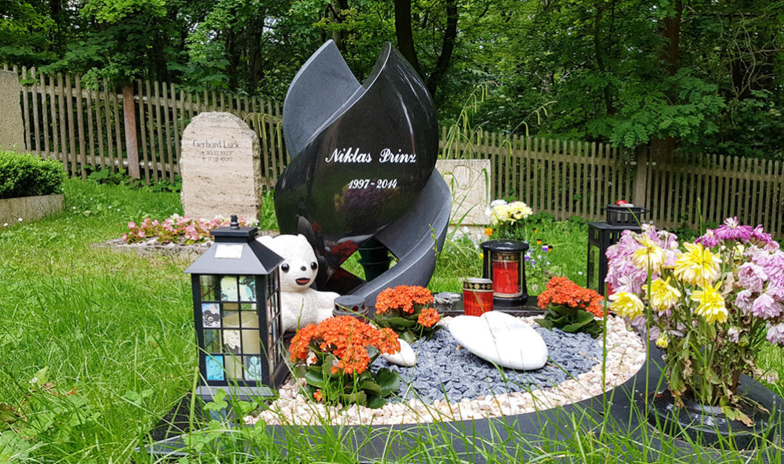 Kindergrabmal Granit poliert Herz modern Spirale gedreht Blumen Grablampe Grabschmuck Kies Friedhof Cospeda Jena