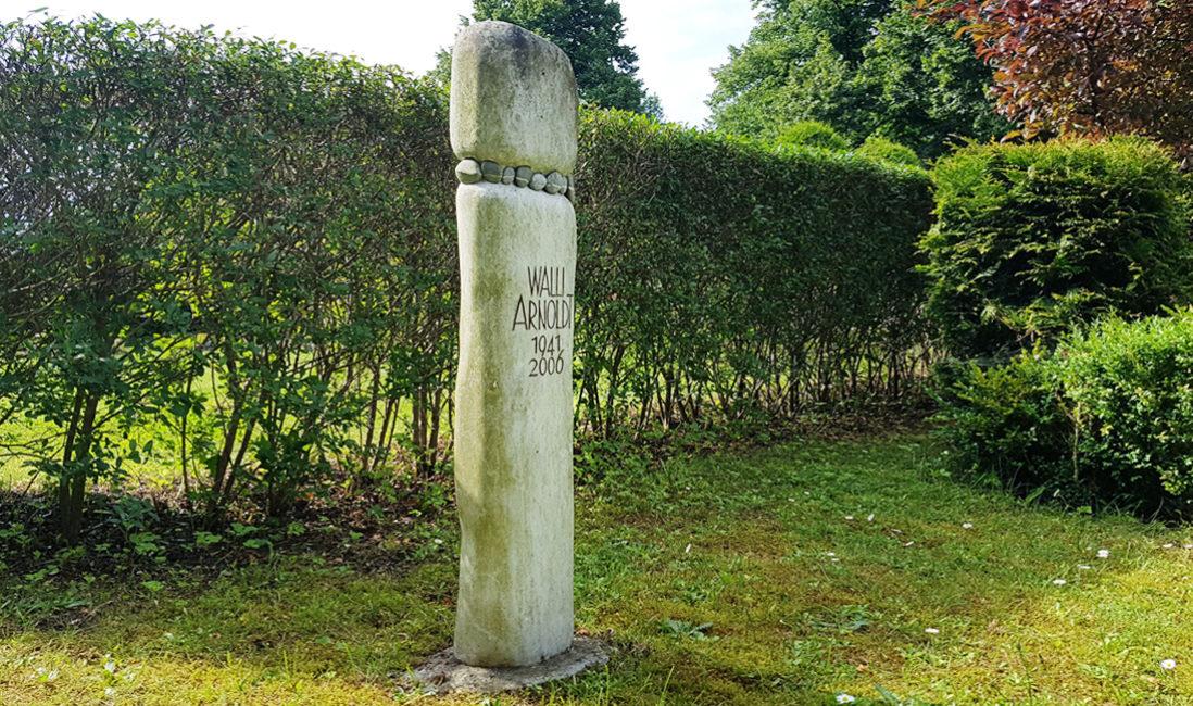 Grabstele Menir Grabstein Findling Kieselsteine Kalkstein Grabsäule ohne Grabbepflanzung evangelischer Friedhof Petershagen