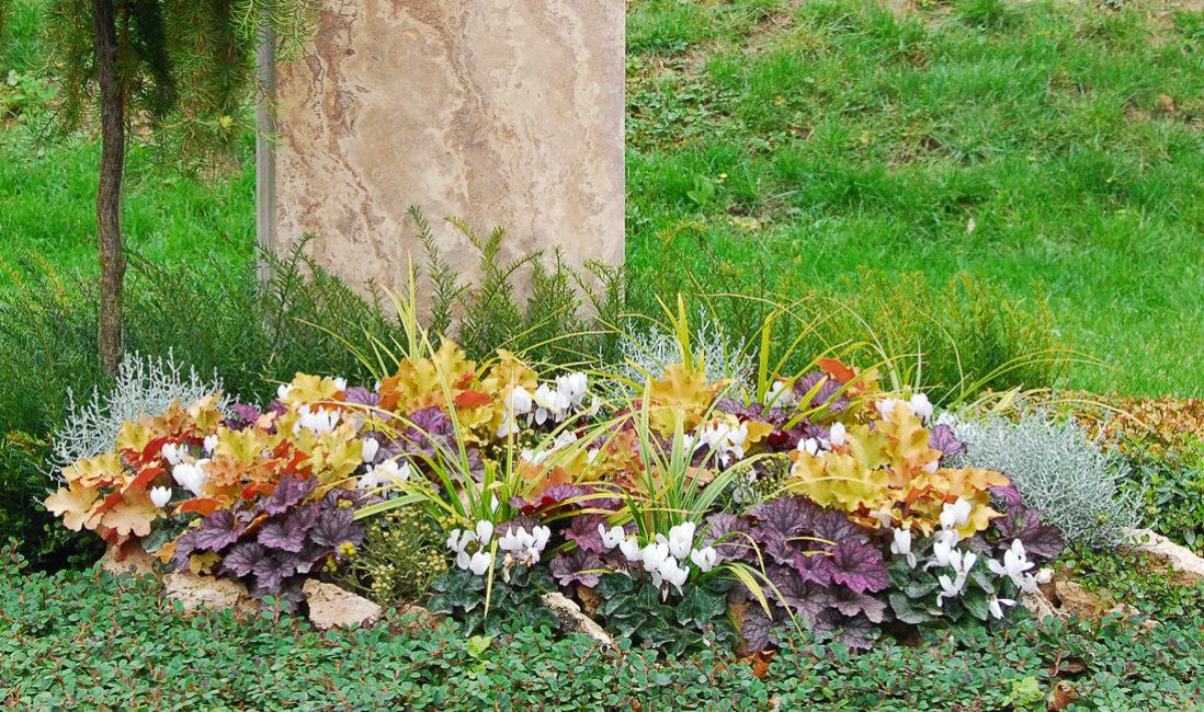 Steinmetz Grabmal Travertin Berg Gipfel Grabgestaltung Einzelgrab Urnengrab Grabanlage Grabbepflanzung Herbst Landesgartenschau Apolda