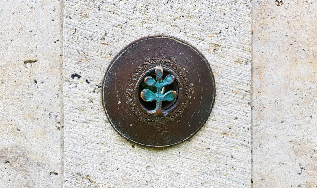 Grabstelle Einzelgrab Bronze Relief Steinmetz Idee