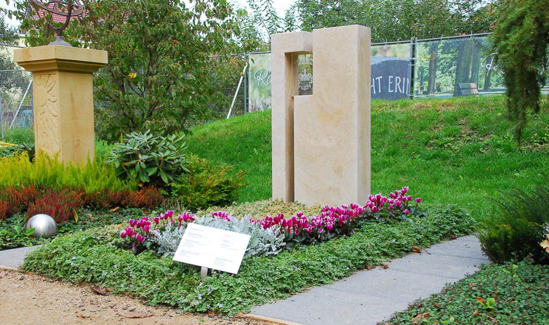 Einzelgrabstein Travertin Glas Element Eibe Grabbepflanzung Grabgestaltung Blumen Bodendecker Herbstbepflanzung Landesgartenschau Apolda