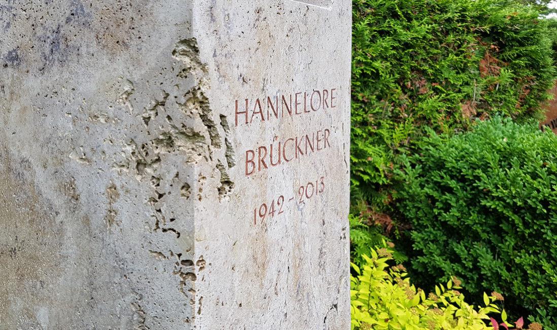 Grabmal Travertin Einzelgrab Stele Fenster Öffnung Klangspiel Travertin Grabbepflanzung Pflegeleicht Buchsbaum Bodendecker Rose Hecke Evangelischer Friedhof Petershagen