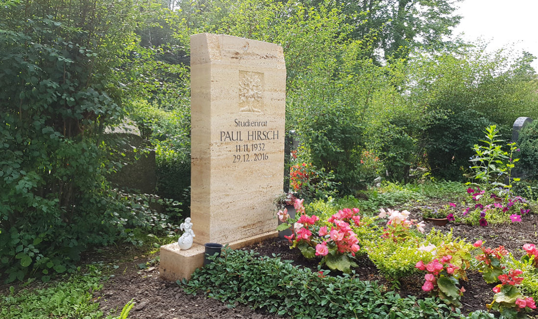 Grabmal Travertin Einzelgrabstätte Grabeinfassung mit Immergrün Lebensbaum Symbol Friedhof Neustadt Orla