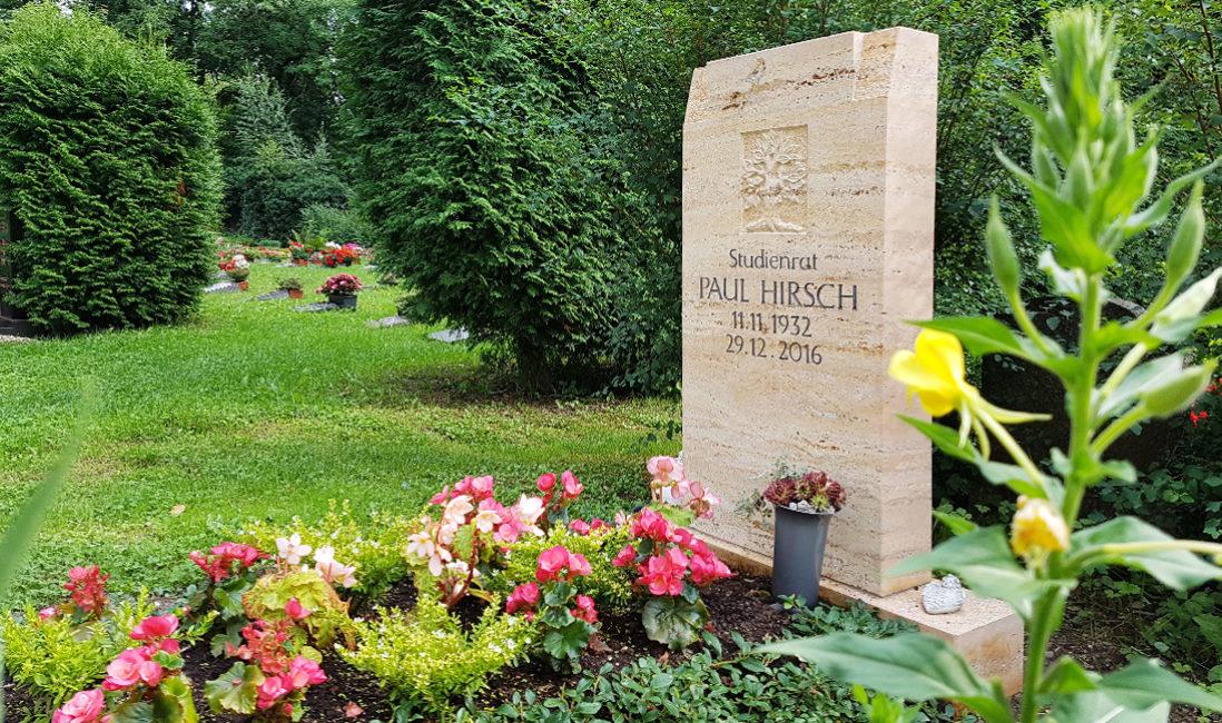 Einzelgrabanlage Grabstein aus Travertin Grabbepflanzung Sommer pflegeleicht Friedhof Neustadt Orla