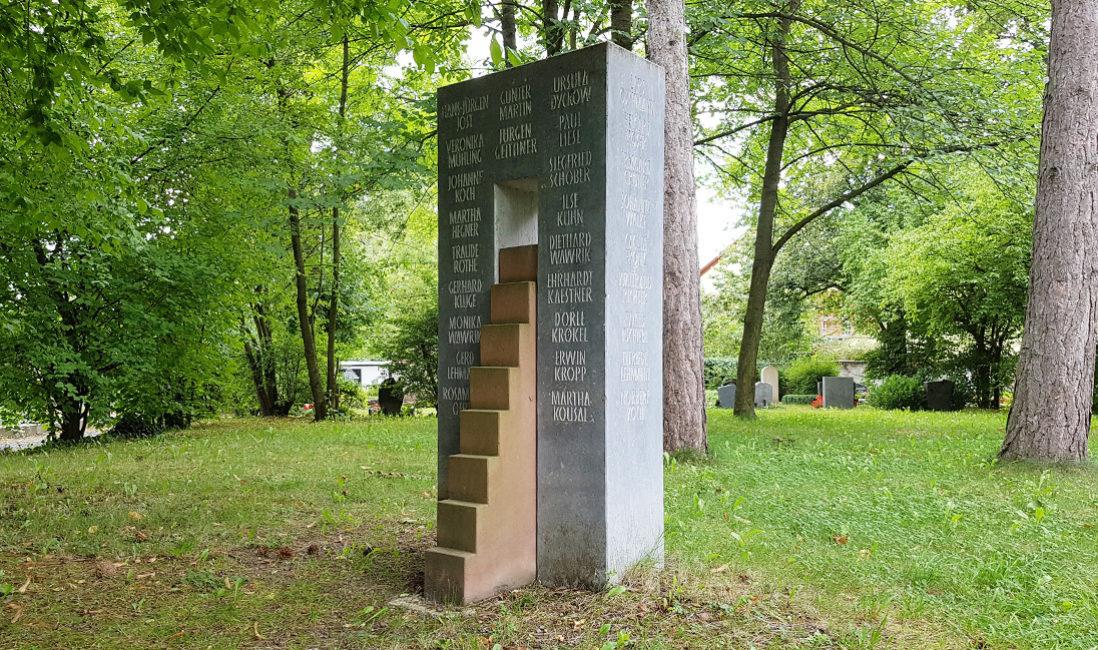 Gemeinschaftsgrab Grabstein grauer Kalkstein roter Sandstein Treppe Öffnung ohne Grabbepflanzung Friedhof Neustadt Orla