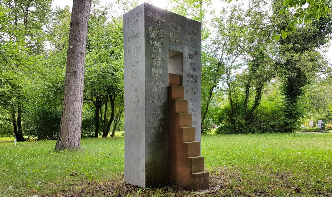 Grabstätte Gemeinschaftsgrabanlage Klakstein Sandstein Treppe Tor Öffnung Friedhof Neustadt Orla