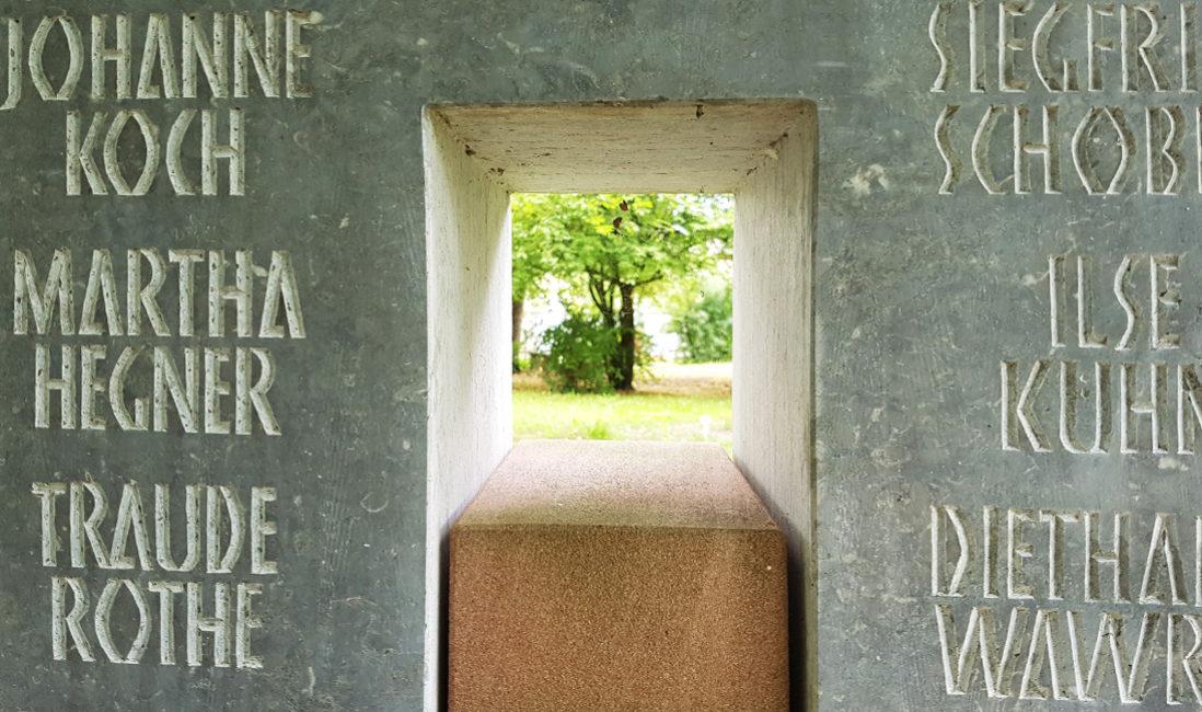 Grabstein Gemeinschaftsgrabanlage Kalkstein Sandstein Öffnung Tor Steinmetz