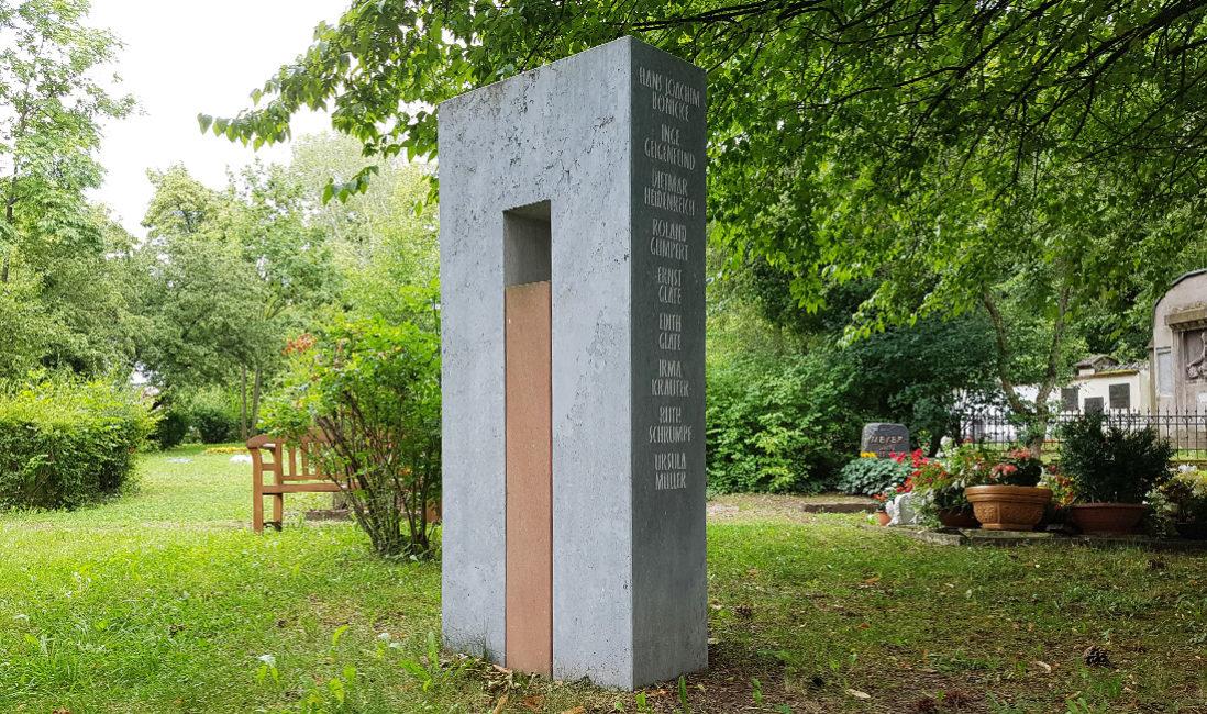 Grabmal dunkler Kalkstein roter Buntsandstein Gemeinschaftsgrab Grabgestaltung Idee