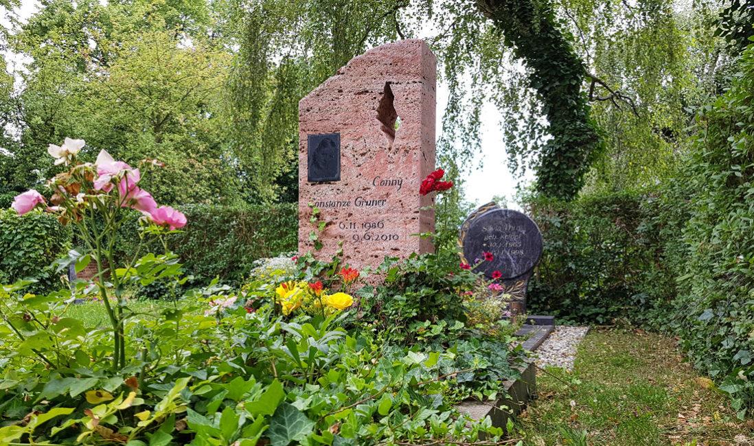 Naturbelassenes Einzelgrabmal aus rotem Travertin Bild der Verstorbenen Grabgestaltung pflegeleicht