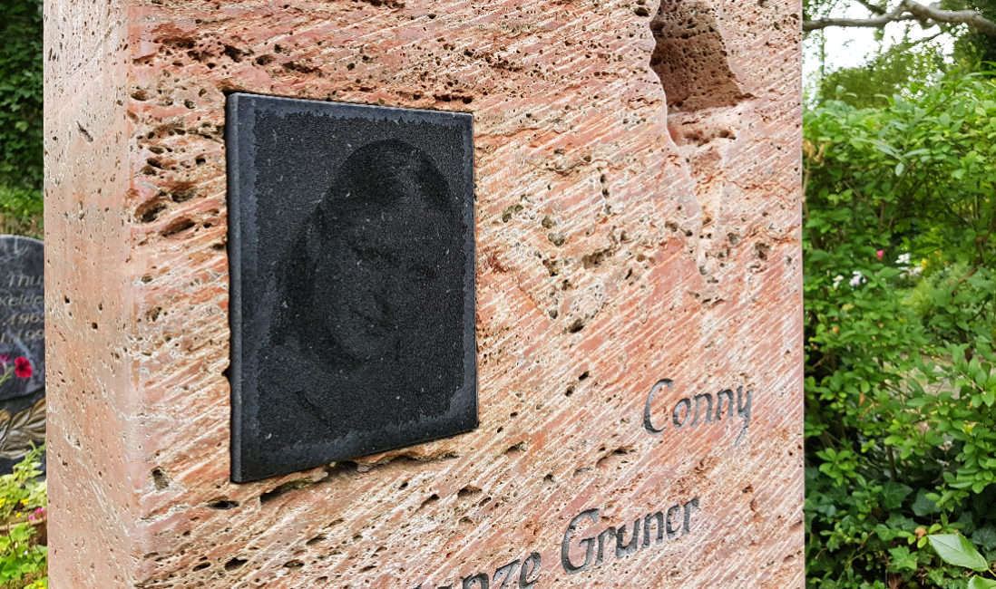 Grabstein Einzelgrabstätte Travertin rot Grabsteinbild Fotogravur Öffnung im Stein Friedhof Neustadt Orla