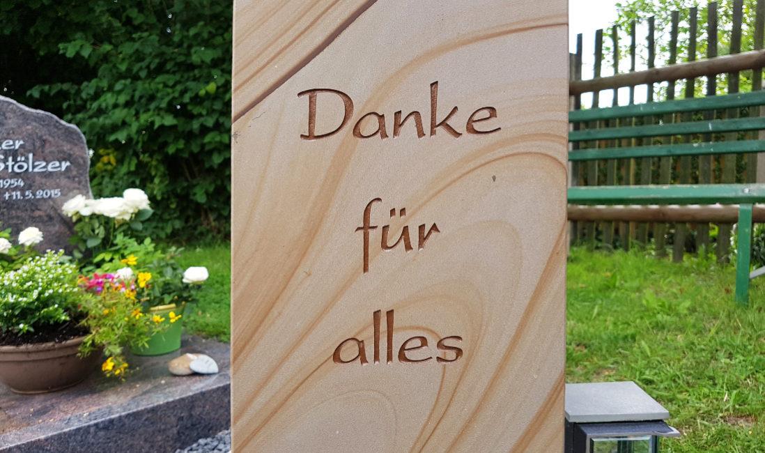 Grabstele Sandstein Granit Grabeinfassung Kies Grabspruch Grabbepflanzung pflegeleicht Grablampe Evangelischer Friedhof Neustadt Orla