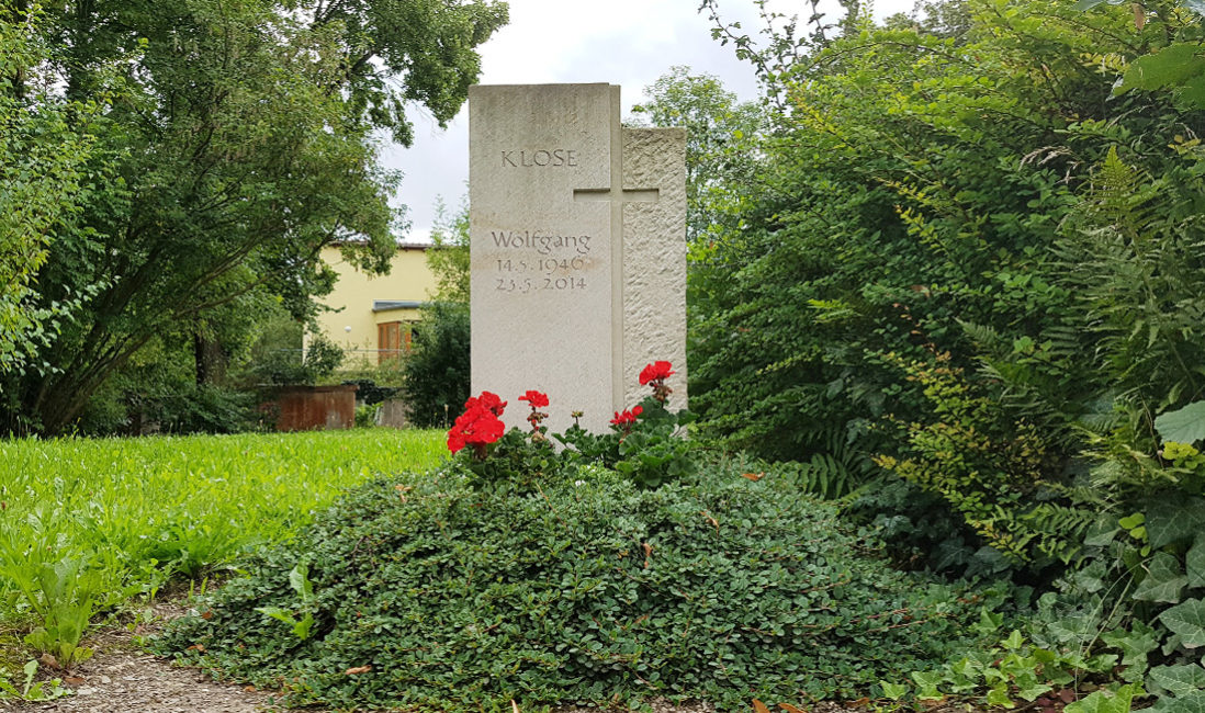 Grabstein weißer Kalkstein Kreuz Grabgestaltung Hügel immergrüne Bodendecker rote Blumen Sommer Friedhof Neustadt Orla