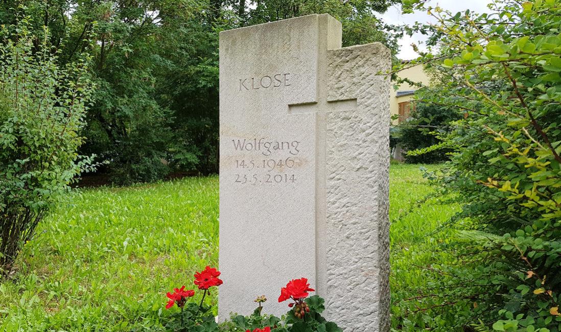 Grabmal mit Kreuz aus Kalkstein Grabinschrift Steinmetz