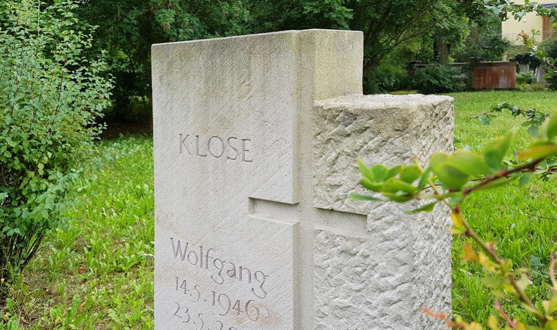 Grabstätte Kalkstein Urnengrab Steinmetz Beispiel Kreuz Friedhof Neustadt Orla