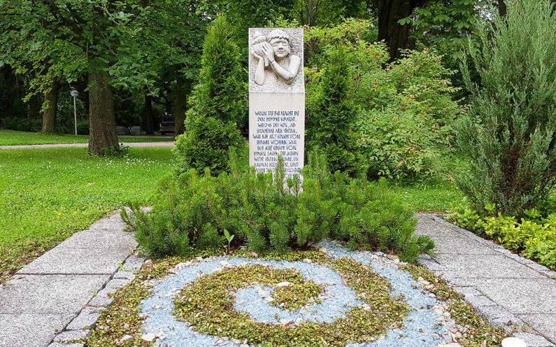 Erfurt Hauptfriedhof Mustergrabanlage mit Stele - 1