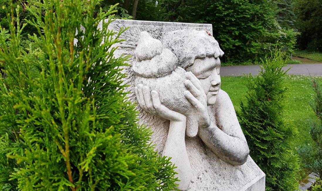 Grabstein Stele Kalkstein Relief Skulptur Junge Muschel Grabspruch Grabgestaltung Spirale Glaskiesel Bodendecker Gehölz pflegeleichte Bepflanzung Hauptfriedhof Erfurt