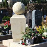 Urnengrabstein mit Einfassung Grabschmuck Grabdekoration im Herbst Steinmetz Hattersheim Friedhof