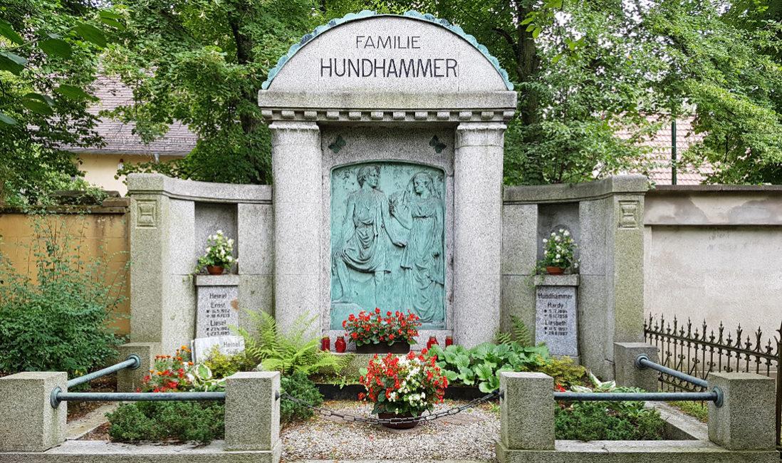 Grabanlage Familiengrab Granit Säulen Portikus Bronze Relief Grabgestaltung Grabbepflanzung Blumen Farn Friedhof Neustadt Orla