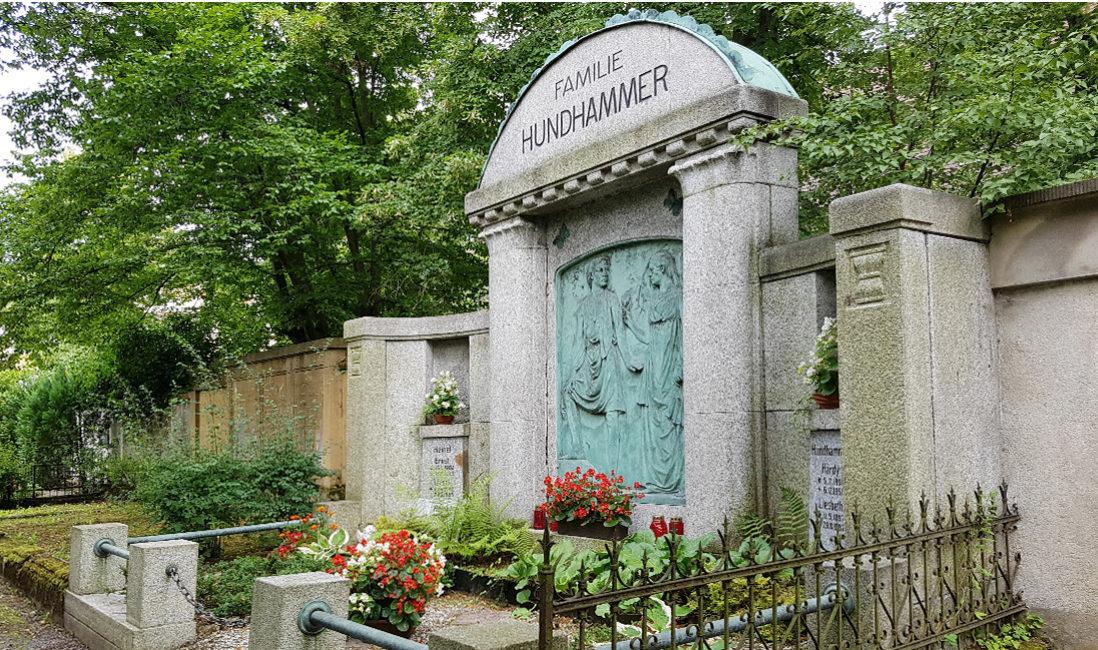 Familiengrabstätte Granit Grabumfassung Zaun Bronze Portrait Mann Frau