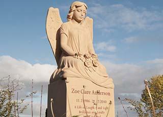 Eine Grafik zu Grabdenkmal mit Engel - Familiengrabstätte / Doppelgrabstätte mit Grabengel