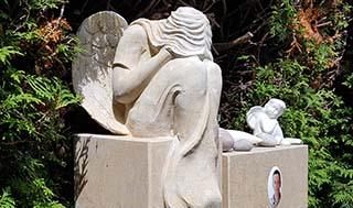 Eine Grafik zu Zweiteiliger Grabstein mit Engel Figur - Kalkstein
