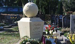 Eine Grafik zu Besonderer Grabstein Urnengrab / Grabstele mit Kugel (Sternenmuster)