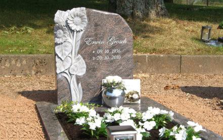 Impressionen vom Friedhof: Einzelgrab Grabstein (Sonnenblume) mit Einfassung & Grabplatten aus Granit Paradiso
