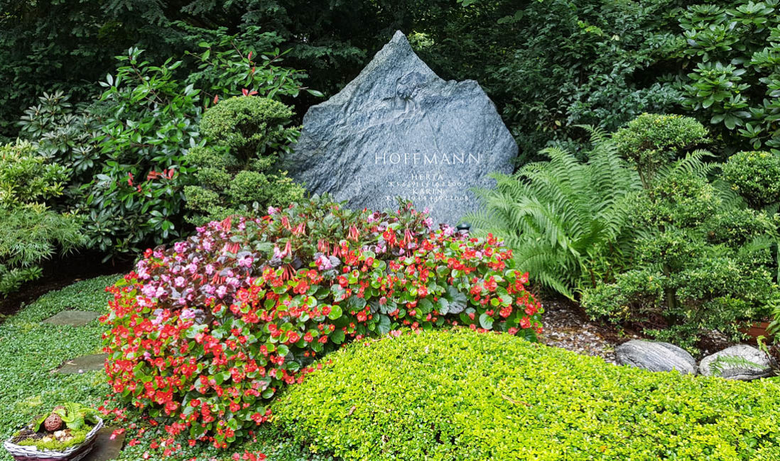 Grabstein Findling Familiengrabstätte Granit Fels Grabbepflanzung Friedhofsgärtner Südfriedhof Köln
