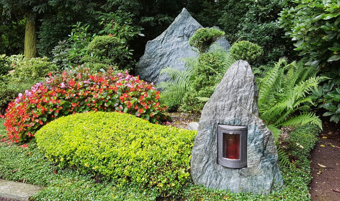 Grabanlage Familiengrabstein Fels Granit Grablampe Findling Grabgestaltung Bodendeker Bepflanzung Sommer Idee
