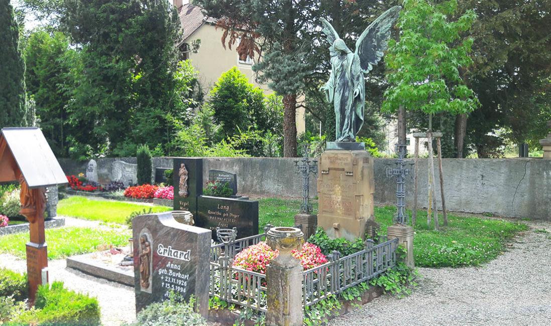 Grabengel Familiengrabanlage Grabeinfassung Bronze Sandstein Grabgestaltung Sommer Friedhof Sasbach