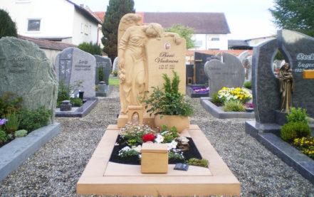 Impressionen vom Friedhof: Einzelgrabanlage mit Grabengel aus Sandstein - Grabeinfassung & Grabschmuck