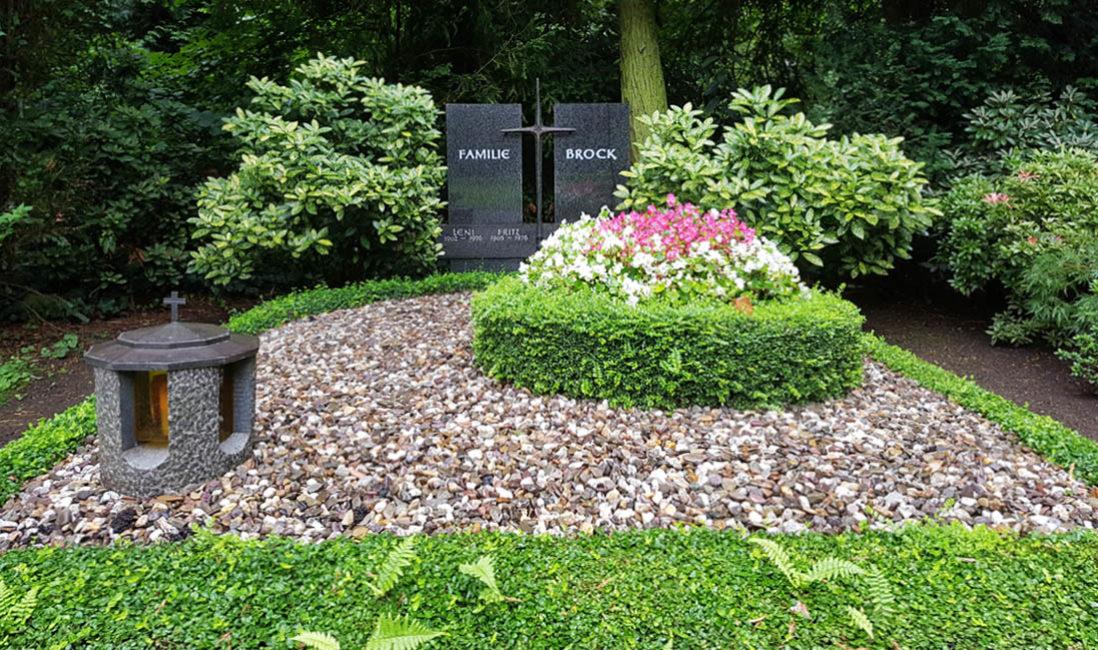 Grabstein Familiengrab Grabgestaltung Bodendecker Hecke Kies Bepflanzung Sommer Südfriedhof Köln