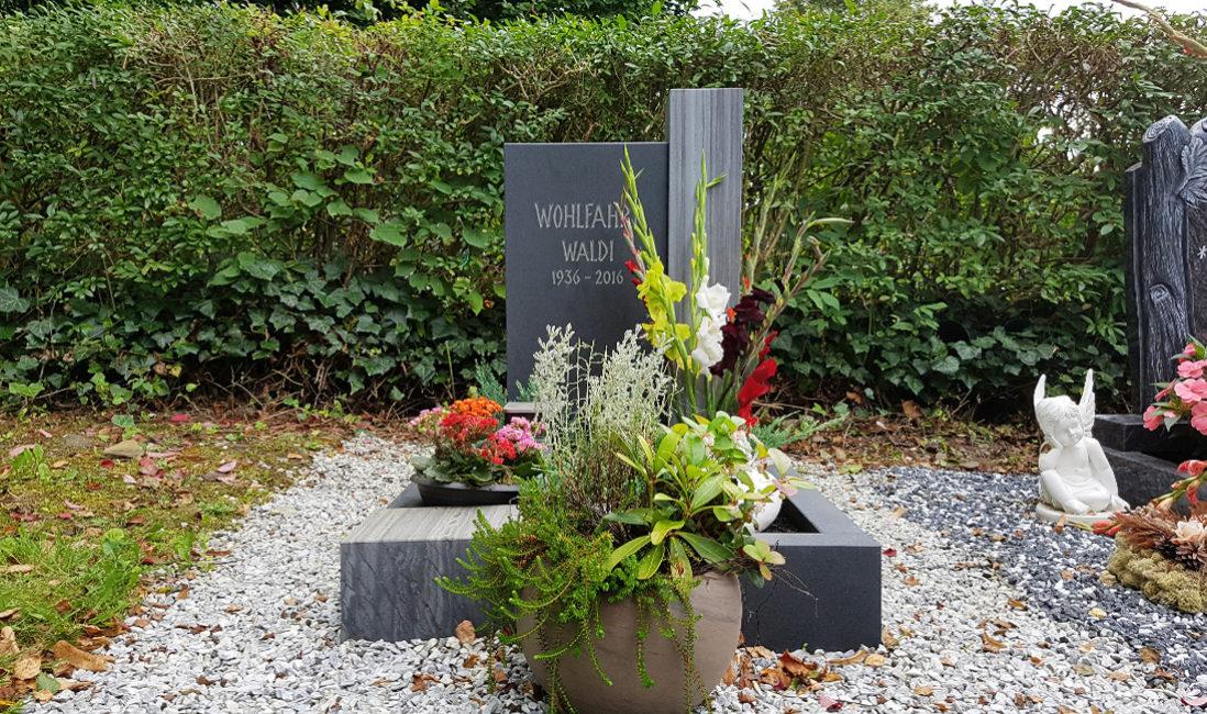 Zweiteiliger Grabstein Urnengrab Grabeinfassung Granit Kies Friedhof Neustadt Orla