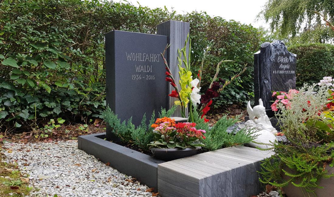 Geteilter Grabstein Granit Grabumrandung Grabschmuck Blumen Grabgestaltung Friedhof Neustadt Orla