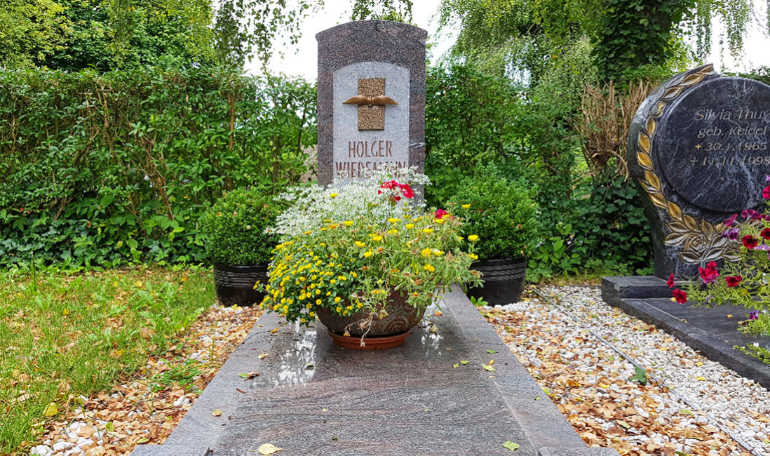 Grabstein Einzelgrab Granit Bronzeelement Vogel Grabinschrift Grababdeckung Friedhof Neustadt Orla