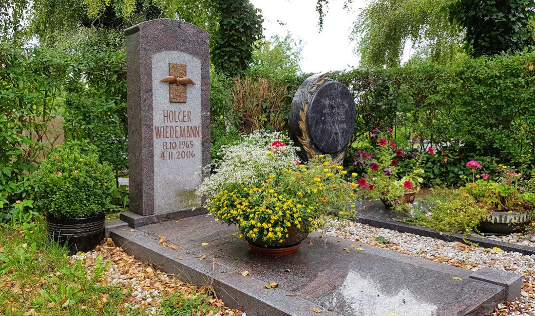 Einzelgrabmal mit Grabplatte Einzelgrab Grabschale Blumen Sommerbepflanzung Granit Bronze
