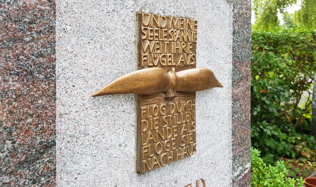 Grabstein Einzelgrabstätte Bronzetafel Grabinschrift Vogel Bronze Granit Steinmetz