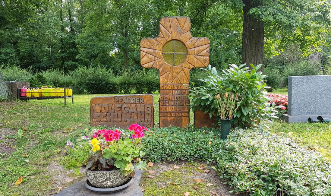 Grabstein Familien Grabanlage Holz Kreuz Glas Fenster Öffnung Grabbepflanzung Bodendecker Friedhof Neustadt Orla