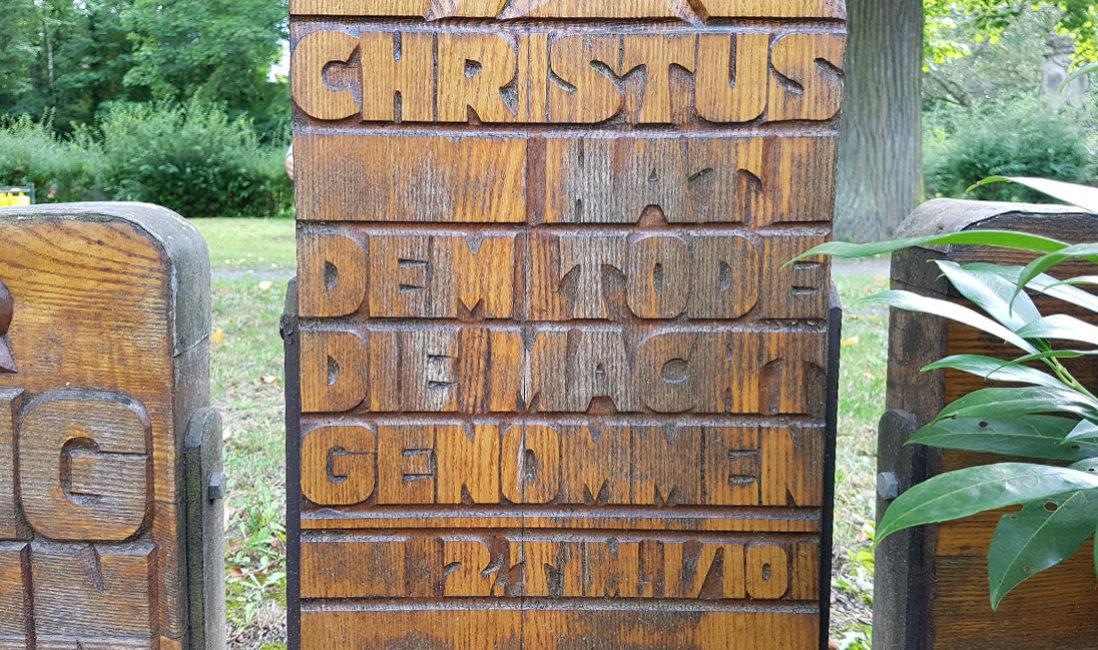 Grabstein Holzkreuz mit Beschriftung Grabinschrift Grabspruch Idee Friedhof Neustadt Orla