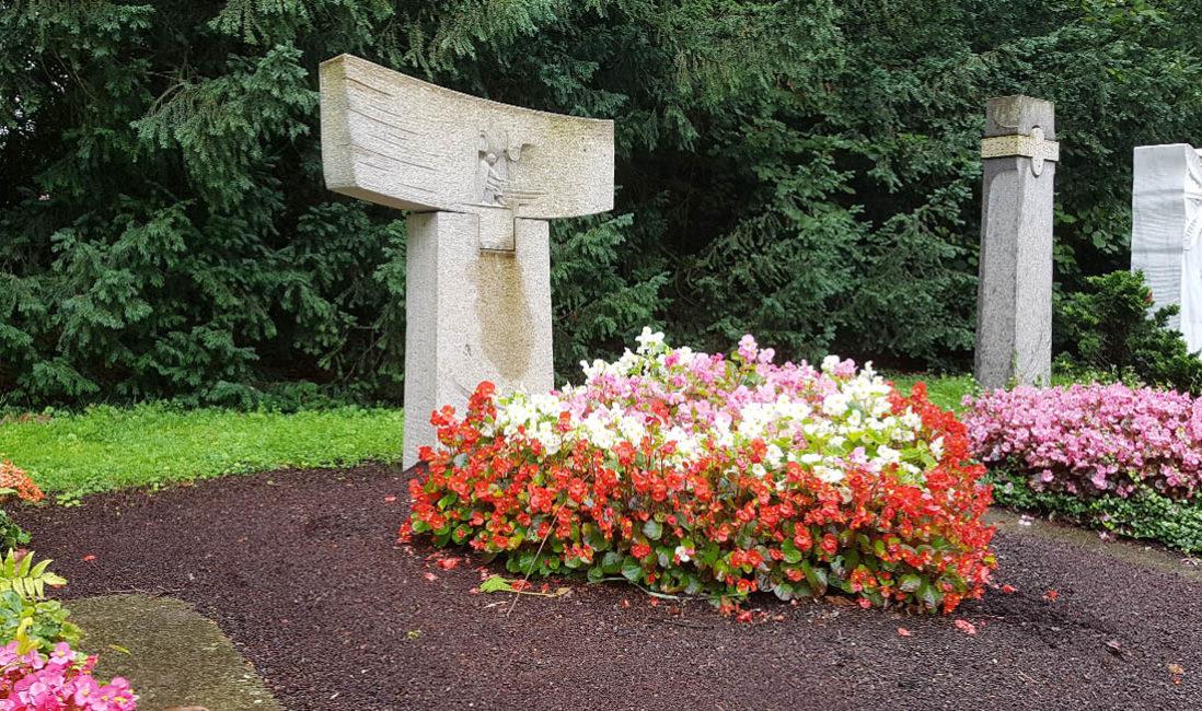 Moderner Grabstein Familiengrab Granit Symbol Jesus Grabgestaltung Sommer Südfriedhof Köln