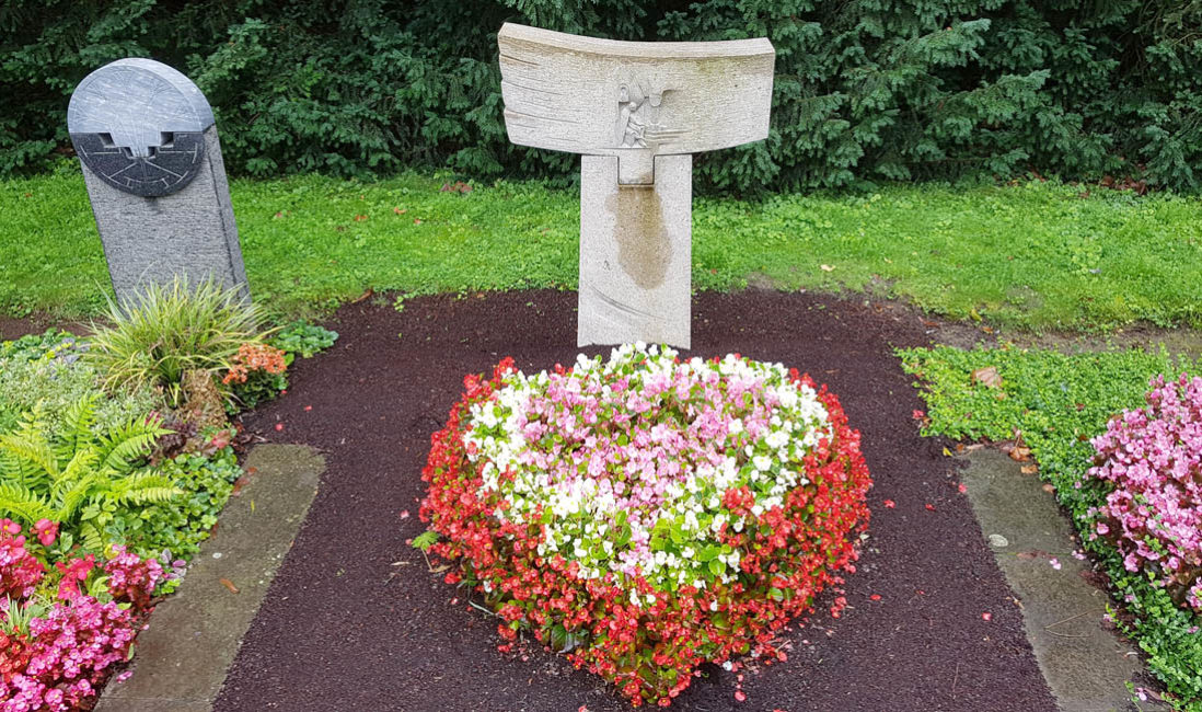 Doppelgrabstein  Granit Grabbepflanzung Herz Blumen Sommer Friedhofsgärtner Südfriedhof Köln