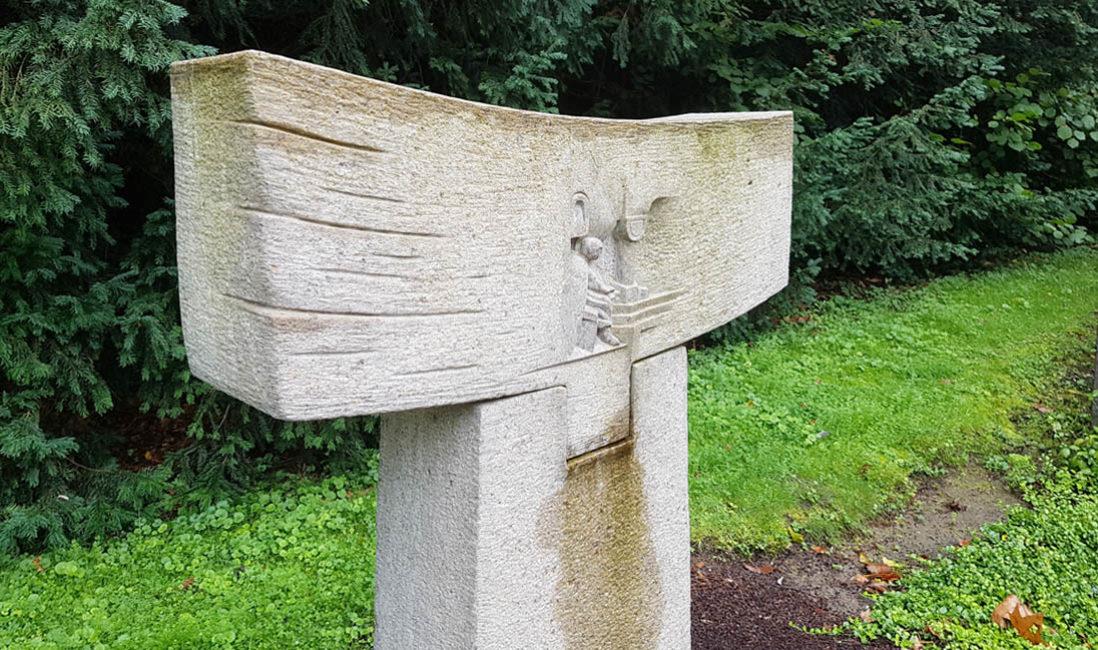 Modernes Grabmal Granit Steinmetz Symbol Jesus Beispiel Südfriedhof Köln