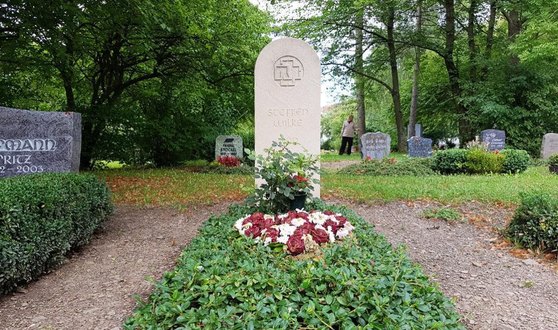 Einzelgrabstein weißer Sandstein Kreuz Monogramm Grabgestaltung Bodendecker immergrün Friedhof Neustadt Orla