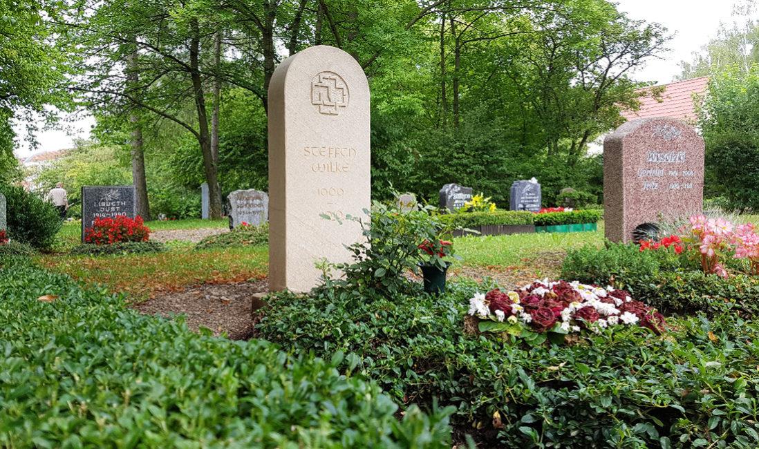 Grabmal für ein Einzelgrab Sandstein Gravur Bodendecker Rosen Strauch Friedhof Neustadt Orla