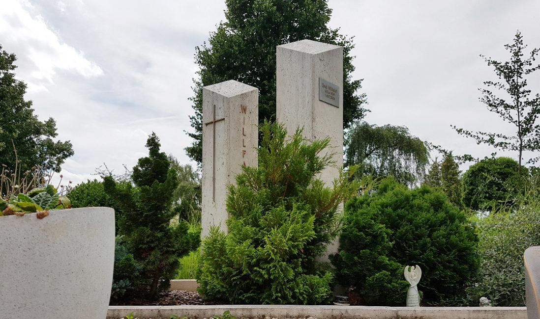 Grabmal Doppelgrabanlage Stelen Kalkstein Grabbepflanzung pflegeleicht Sträucher Friedhof Weida