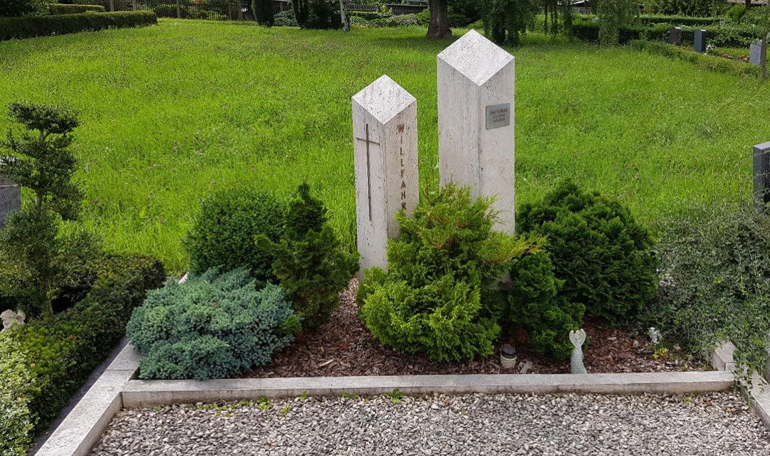 Grabstein Doppelgrab Säulen Kalkstein Grabpflanzen immergrün  Gehölze Einfassung Friedhof Weida