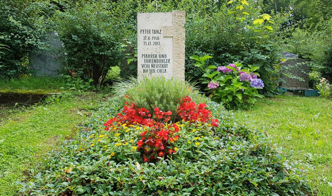 Grabstein Travertin Kreuz Grabbepflanzung Sommer rote Blumen immergrne Bodendecker Friedhof Neustadt Orla