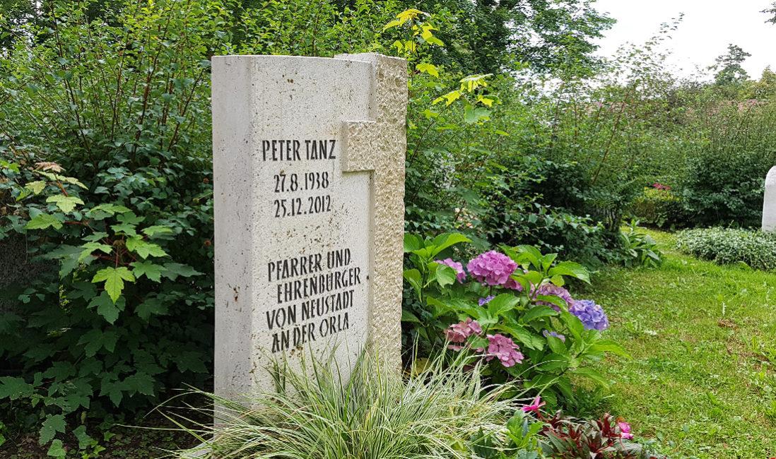 Grabstein Einzelgrab Kreuz Travertin Grabinschrift Grabbepflanzung Gräser Friedhof Neustadt Orla