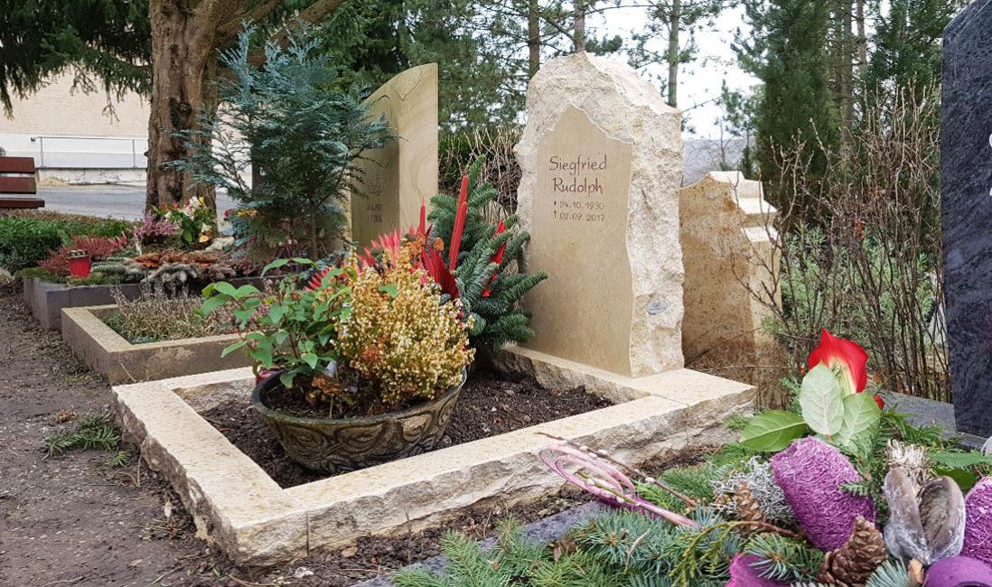 Urnengrabstein Kalkstein rustikal Findling Grabeinfassung Grabschale Winter