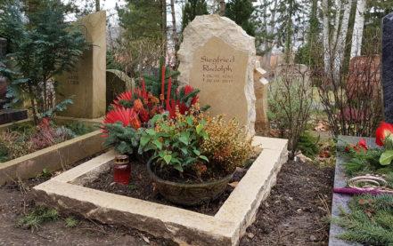 Impressionen vom Friedhof: Grabstein mit Einfassung für ein Urnengrab aus Kalkstein